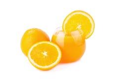 Suco de laranja e fatias de laranja isolados no branco Foto de Stock