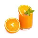 Suco de laranja e fatias de laranja isolados no branco Fotografia de Stock