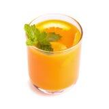 Suco de laranja e fatias de laranja isolados no branco Fotos de Stock