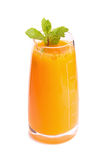 Suco de laranja e fatias de laranja isolados no branco Fotos de Stock Royalty Free