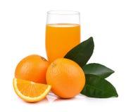 Suco de laranja e laranja isolados no fundo branco Fotos de Stock Royalty Free