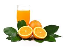 Suco de laranja e laranja isolados no fundo branco Foto de Stock