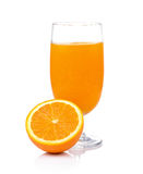 Suco de laranja e laranja isolados no fundo branco Fotografia de Stock Royalty Free