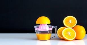 Suco de laranja e laranja no fundo escuro fotografia de stock royalty free