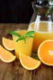 suco de laranja em um vidro e em um jarro imagem de stock