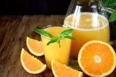suco de laranja em um vidro e em um jarro imagem de stock royalty free