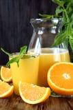suco de laranja em um vidro e em um jarro fotos de stock royalty free