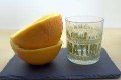 Suco de laranja em um vidro vazio imagens de stock