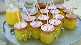 Suco de laranja em uns frascos com estar das palhas vídeos de arquivo