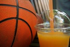 Suco de laranja espremido fresco e basquetebol Foto de Stock Royalty Free