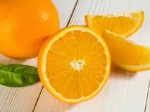 Suco de laranja no vidro, no fundo de madeira Imagens de Stock