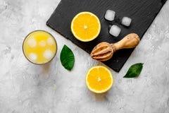 Suco de laranja recentemente espremido na opinião superior do fundo concreto imagem de stock royalty free