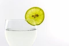Suco de limão delicioso em fatias do vidro e dos cais fotografia de stock