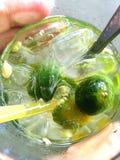 Suco de limão delicioso no vidro fotografia de stock royalty free