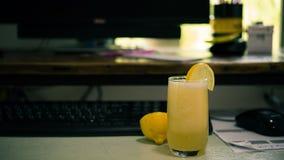 Suco de limão na mesa de escritório Imagem de Stock