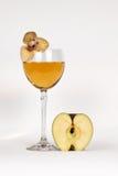 Suco de maçã e uma flor Fotografia de Stock Royalty Free
