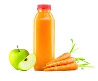 Suco de maçã recentemente espremido da cenoura na garrafa imagem de stock