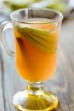 Suco de maçã fresco com fatias da maçã e vara de canela Imagem de Stock