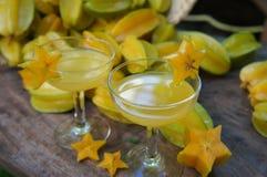 Suco de Starfruits e de Starfruit foto de stock royalty free