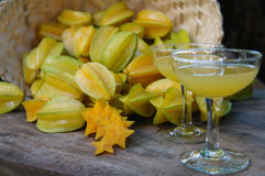 Suco de Starfruits e de Starfruit fotografia de stock royalty free