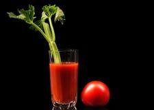 Suco de tomate com aipo e algum tomate fresco Imagem de Stock Royalty Free
