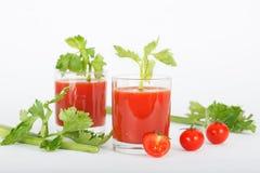Suco de tomate com folhas do aipo Fotografia de Stock