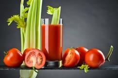 Suco de tomate com tomates e varas de aipo Imagens de Stock Royalty Free