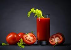 Suco de tomate com tomates e varas de aipo Foto de Stock