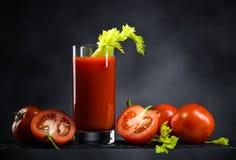 Suco de tomate com tomates e varas de aipo Fotografia de Stock