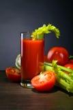 Suco de tomate com varas de aipo Fotos de Stock