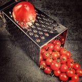 Suco de tomate da receita da preparação Grande tomate e ralador velho para baixo aos tomates de cereja pequenos da uva no sto cin Fotografia de Stock Royalty Free