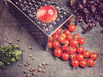 Suco de tomate da receita da preparação Grande tomate e ralador velho para baixo aos tomates de cereja pequenos da uva no ston ci Fotos de Stock Royalty Free