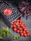 Suco de tomate da receita da preparação Grande tomate e ralador velho para baixo aos tomates de cereja pequenos da uva no ston ci Fotos de Stock