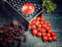Suco de tomate da receita da preparação Grande tomate e ralador velho para baixo aos tomates de cereja pequenos da uva no ston ci Imagem de Stock Royalty Free