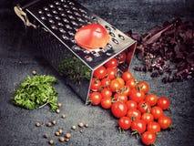 Suco de tomate da receita da preparação Grande tomate e ralador velho para baixo aos tomates de cereja pequenos da uva no ston ci Foto de Stock
