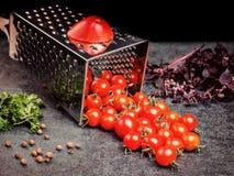 Suco de tomate da receita da preparação Grande tomate e ralador velho para baixo aos tomates de cereja pequenos da uva no ston ci Imagens de Stock