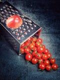 Suco de tomate da receita da preparação Grande tomate e ralador velho para baixo aos tomates de cereja pequenos da uva no ston ci Fotografia de Stock Royalty Free