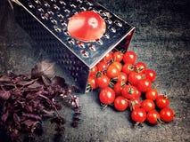 Suco de tomate da receita da preparação Grande tomate e ralador velho para baixo aos tomates de cereja pequenos da uva no ston ci Foto de Stock Royalty Free