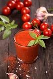 Suco de tomate e tomates de cereja frescos na tabela Fotografia de Stock