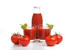 Suco de tomate em dois vidros com frasco Imagens de Stock Royalty Free