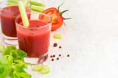 Suco de tomate em um vidro em um fundo branco, espaço para o texto Fotos de Stock