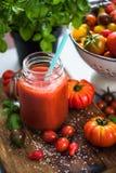 Suco de tomate fresco e saudável caseiro imagem de stock