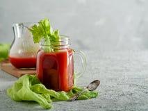 Suco de tomate no frasco de pedreiro com aipo e sal Fotos de Stock