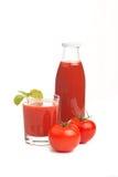 Suco de tomate no glas com frasco e tomates foto de stock