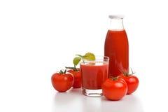 Suco de tomate no glas com frasco e tomates Foto de Stock Royalty Free