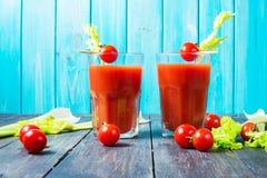Suco de tomate no vidro com aipo, tomate de cereja no fundo de madeira Fotos de Stock Royalty Free
