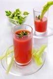 Suco de tomate nos vidros com salsa e aipo Suco fresco de Imagem de Stock