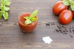 Suco de tomate, tomates, ervas e especiarias Fotografia de Stock