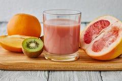 Suco de uma toranja, de um quivi e de uma laranja Imagens de Stock Royalty Free