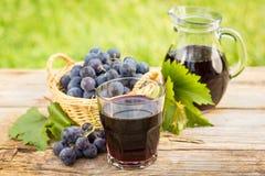 Suco de uva no vidro Fotos de Stock